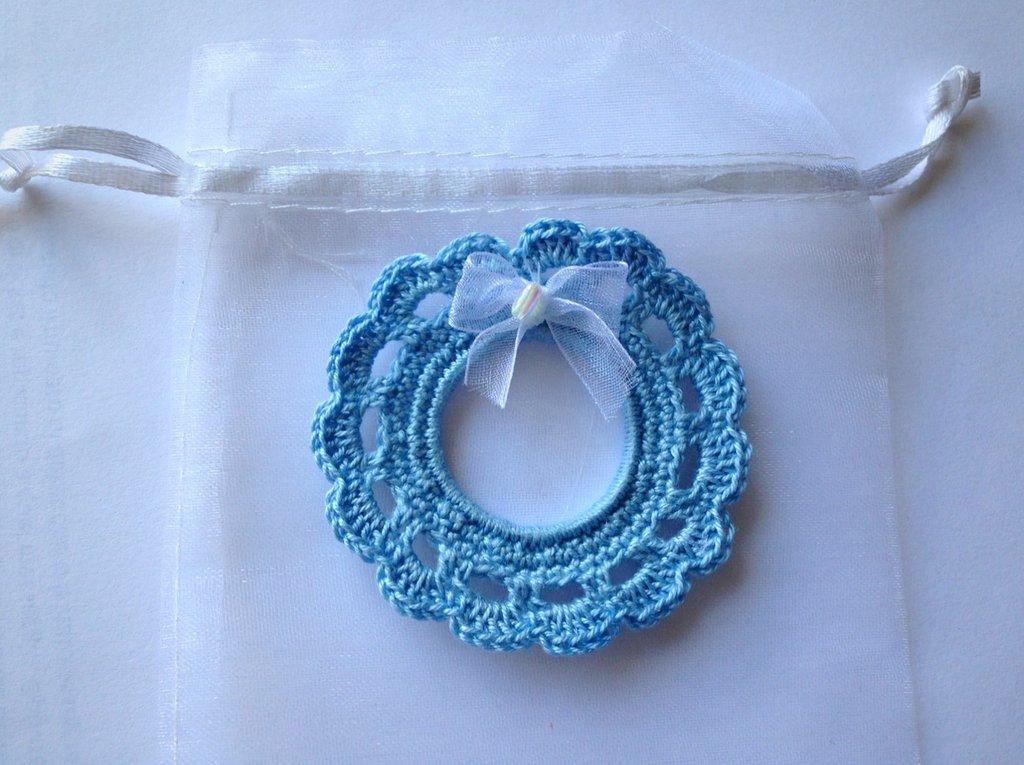Bomboniera mini fiocco nascita azzurro per bimbo, fatta a mano ad uncinetto con fiocchetto in organza