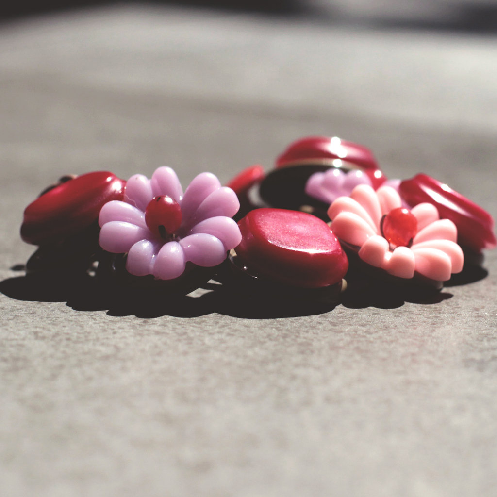 B.5.2015 - Bracciale semirigido con bottoni vintage rossi - Linea Flower Power