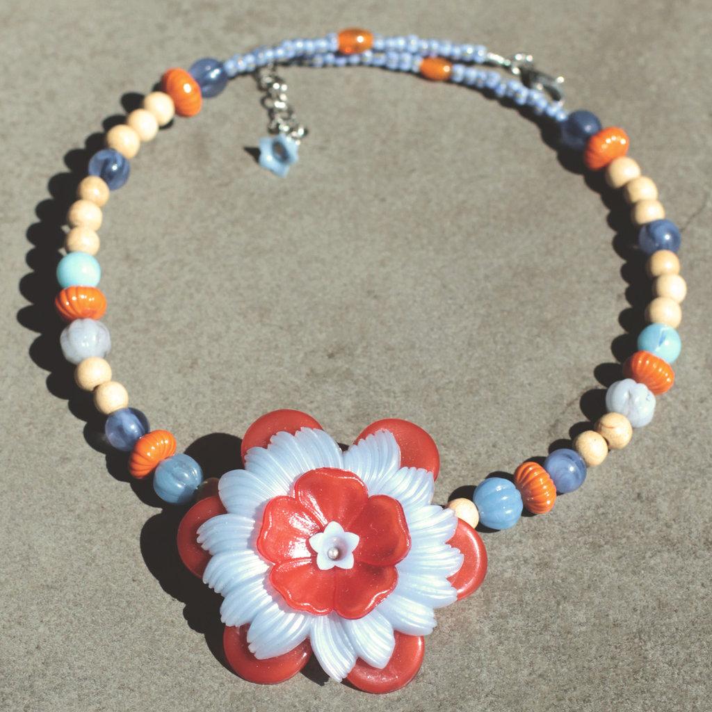 C.17.15 - Girocollo con fiore rosso e azzurro - Linea Primavera