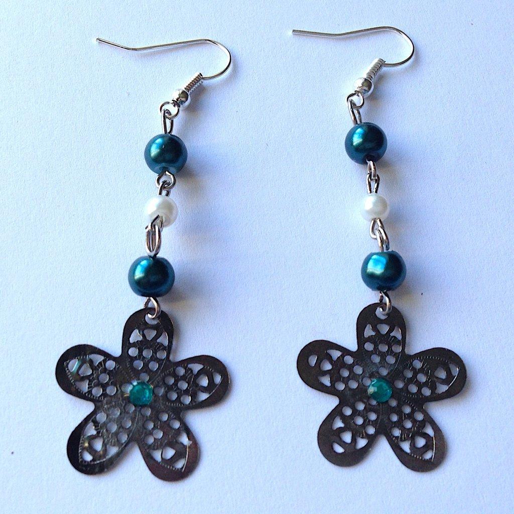 Orecchini pendenti con fiorellini traforati, perline verdi e bianche e strass, fatti a mano