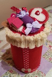 Barattolo in latta porta caramelle decorato in feltro colore rosso con caramelle e lecca lecca in feltro