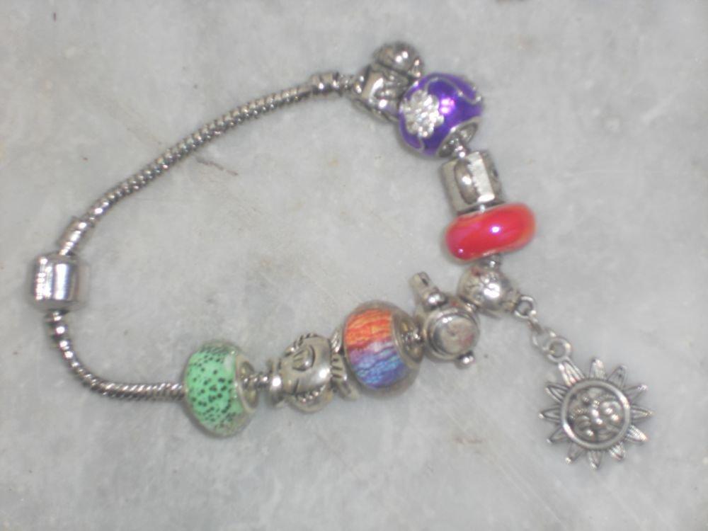 Bracciale di metallo con charms argentati e colorati