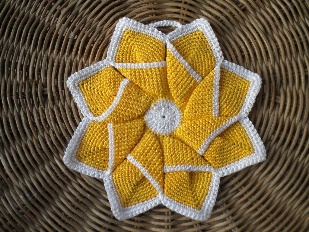 Presina girandola fatta a uncinetto, gialla con bordo bianco.
