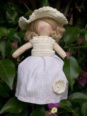 Bambolina realizzata a mano con accessori all'uncinetto