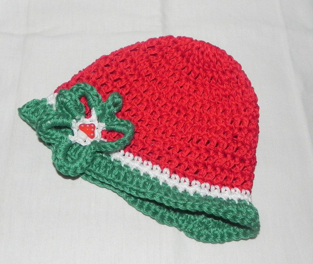 Cappellino realizzato ad uncinetto rosso bianco e verde
