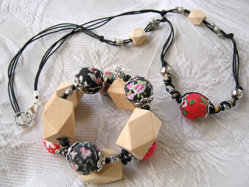 Parure collana e bracciale doppio giro, perle grandi ricoperte di stoffa e poligoni in legno naturale