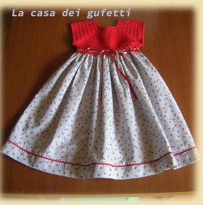 Vestitino con corpino in filo rosso e gonna in cotone con fiorellini blu e rossi con nastri in raso