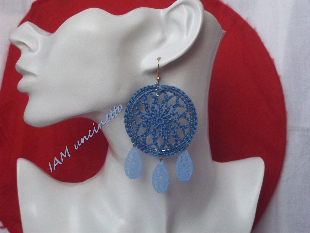 Orecchini a cerchio con rete all'uncinetto in cotone azzurro e gocce pendenti