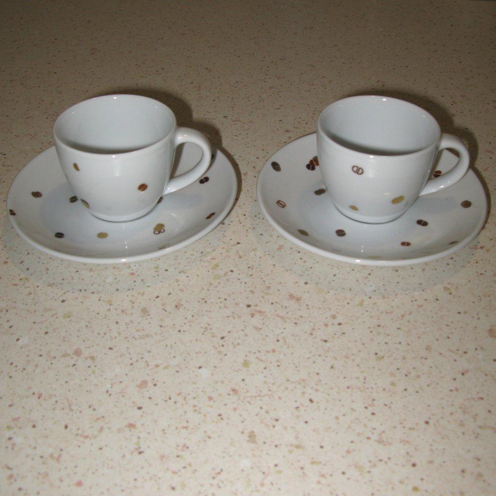 Coppia di tazzine con chicchi di caffè