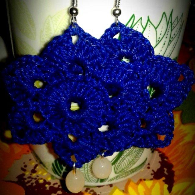 Orecchini blu elettrico a forma di fiore