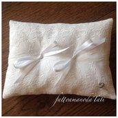 Cuscino per le fedi in cotone rasato bianco con pizzo (a)