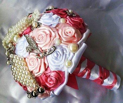 *Bouquet da sposa unico fatto con rose di raso bianco e rosa con perline *