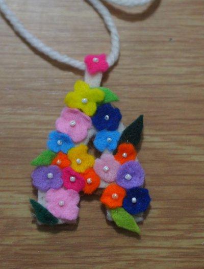 Ciondolo in feltro con fiori e perline.(utilizzabile come SPILLA)Lettera 'A'-PERSONALIZZABILE con ALTRE LETTERE.Fatto a mano