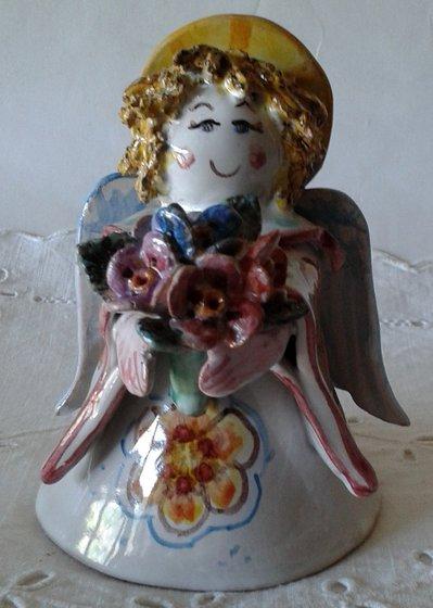 Angelo Bene augurante con mazzolino di fiori.Maiolica italiana.