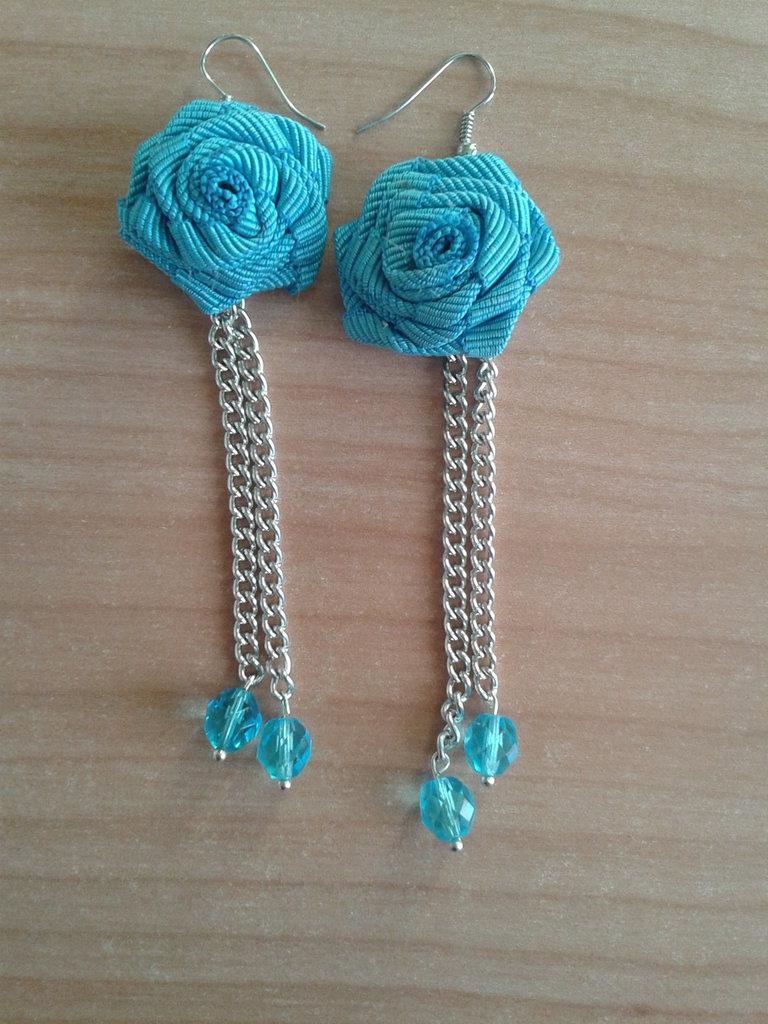 orecchini pendenti con rosellina in stoffa e perle azzurre