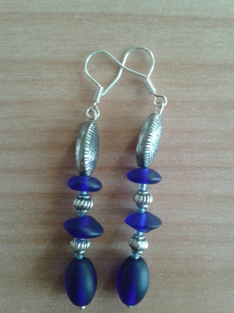 Orecchini pendenti con perle blu