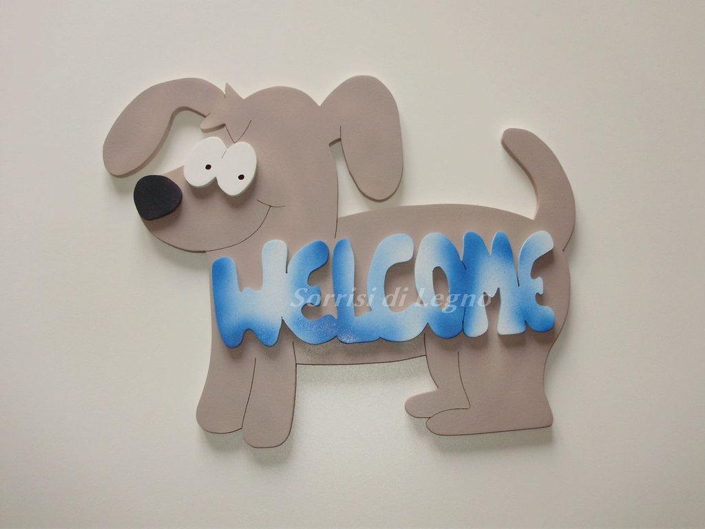 Cane in legno colorato con scritta per l'ingresso di casa