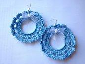 Orecchini pendenti tondi con pizzi azzurri fatti a mano all'uncinetto