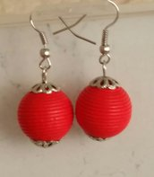 Orecchini semplici con perla rossa di legno