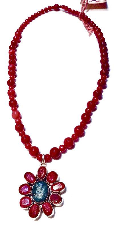 Collana in agata color amaranto con pendente in rubino e smeraldo.