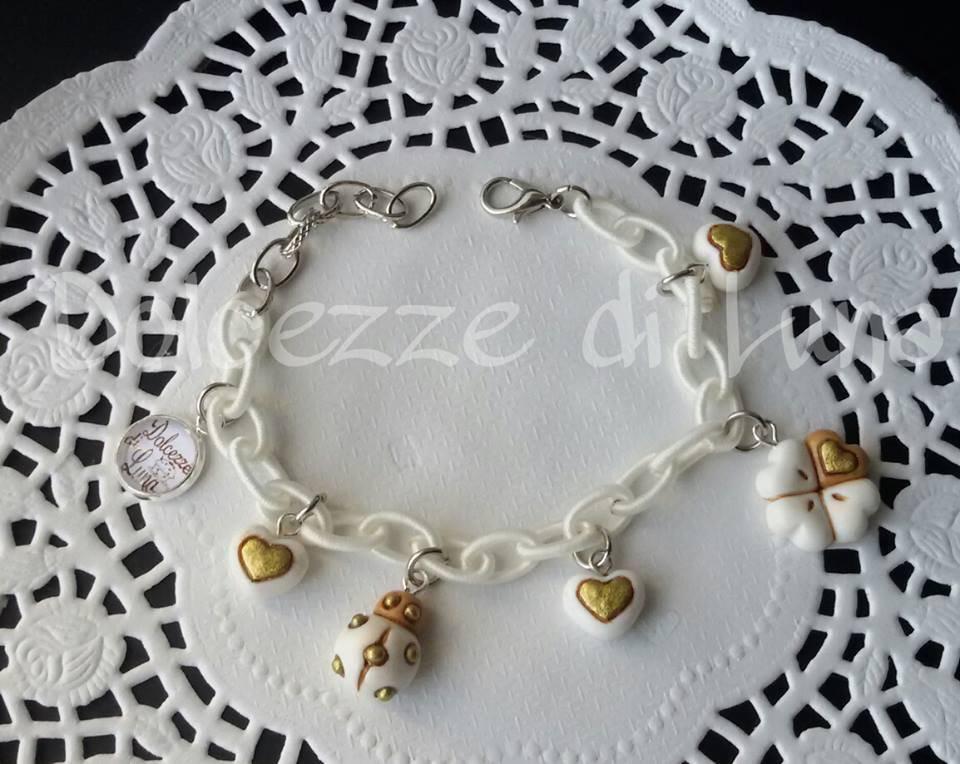 1 bracciale con Catena di seta BIANCA senza nikel e ciondoli in fimo fatti a mano imitazione nota marca, coccinella, cuore,quadrifoglio, margherita