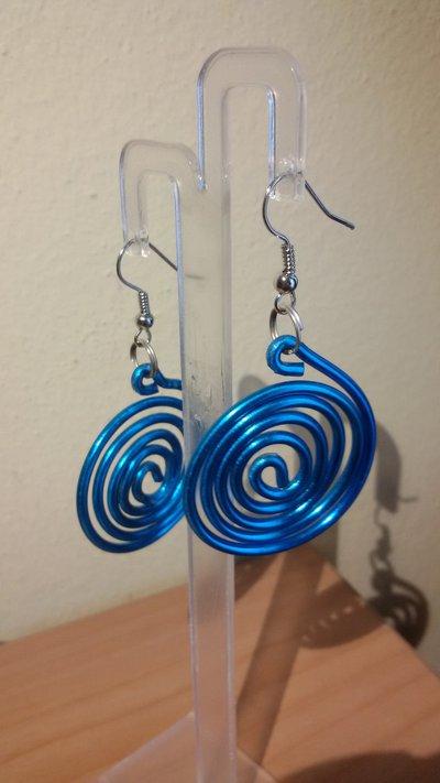 Orecchini pendenti con spirale blu