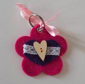 Portachiavi fuchsia in feltro.FIORE decorato con cuore,passamaneria bianca e bottone di legno a forma di cuore