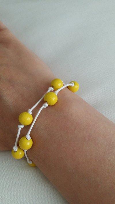 Braccialetto con perline di legno gialle