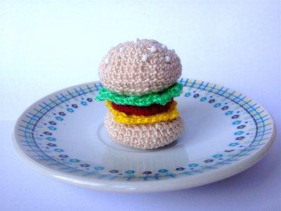 Hamburger amigurumi con calamita fatto a mano ad uncinetto, con insalata, formaggio e carne