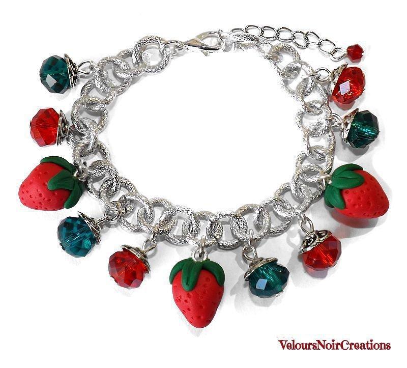 Bracciale con ciondoli fragole e cristalli verdi e rossi