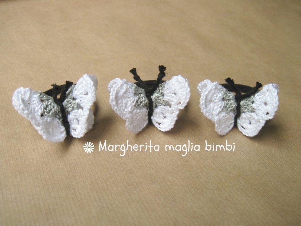 Elastico per capelli con farfalla bianca e grigia in cotone all'uncinetto