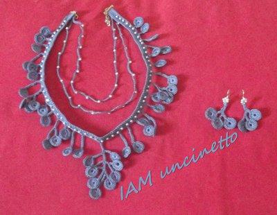Parure cerchietti pendenti, collana e orecchini all'uncinetto in cotone color denim con perline.