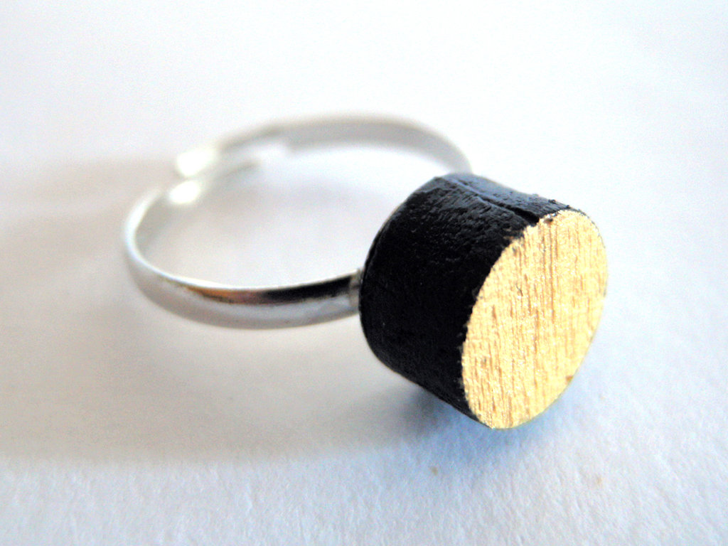 Koci, anello solitario in legno colorato nero e oro fatto a mano