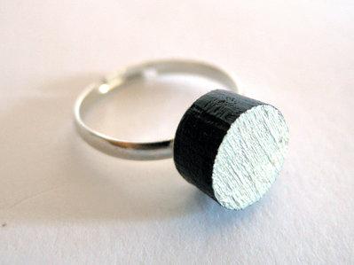 Koci, anello solitario in legno colorato nero e argento fatto a mano