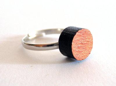 Koci, anello solitario in legno colorato nero e rame fatto a mano