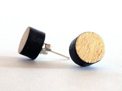 Koci, orecchini a perno bottone in legno colorato nero e oro fatto a mano