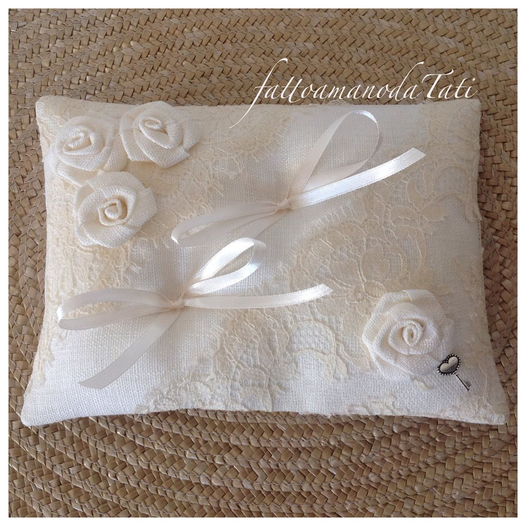 Cuscino per le fedi in lino bianco con pizzo vintage e 4 rose