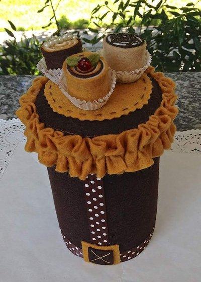 Barattolo in latta porta caramelle decorato in feltro con tre dolcetti bon bon
