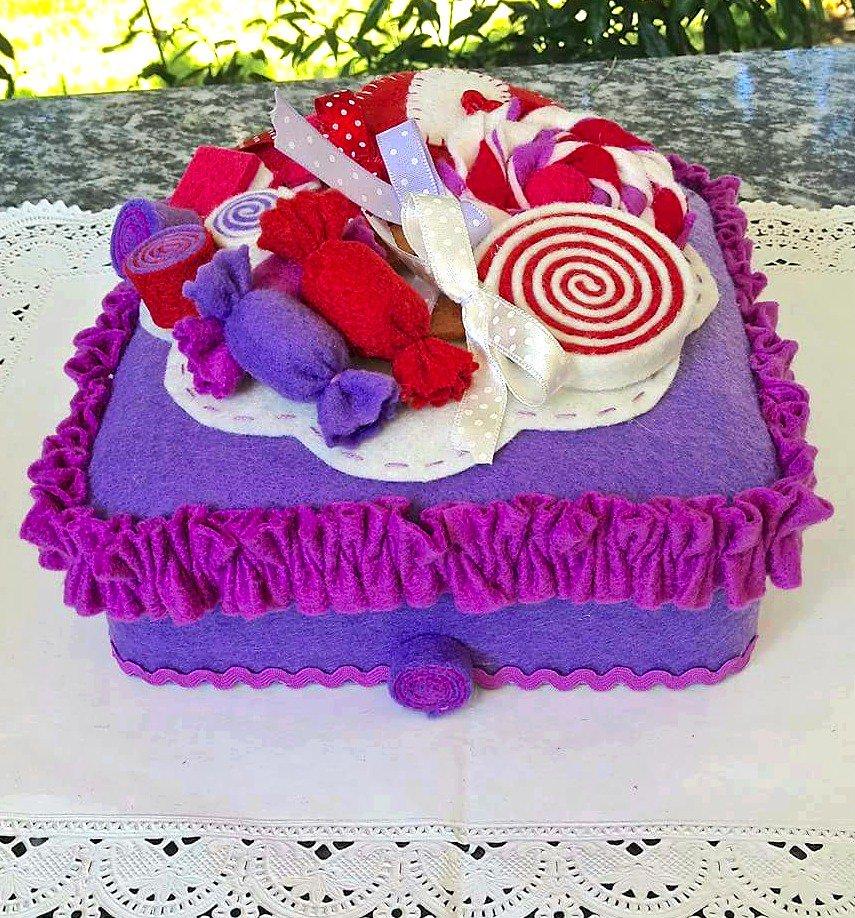 scatola in latta rivestita in feltro decorata con lecca lecca e caramelle in feltro, lilla fucsia e rosso