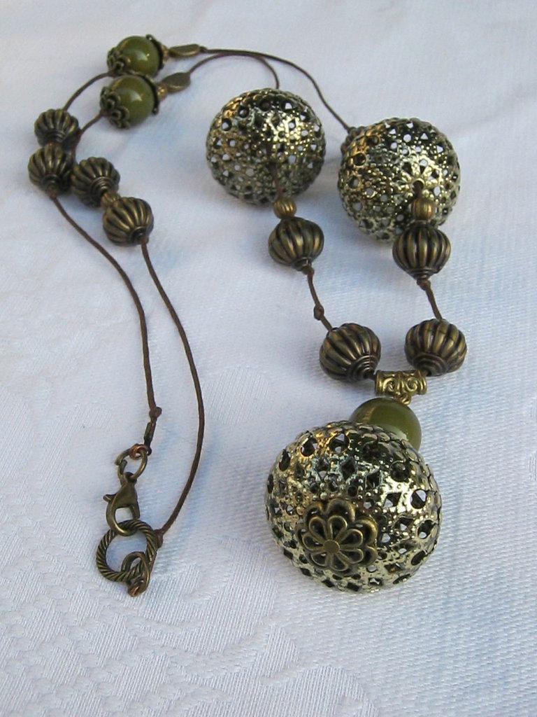 Collana lunga in cordino cerato color caffè e perlone in filigrana bronzo, ideale su camicione estive