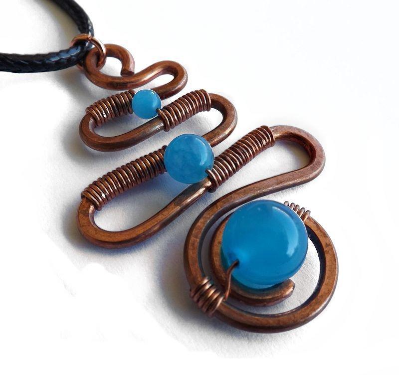 Collana in rame martellato serpente e agata azzurra