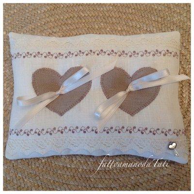 Cuscino per le fedi in lino bianco con due cuori di lino grezzo