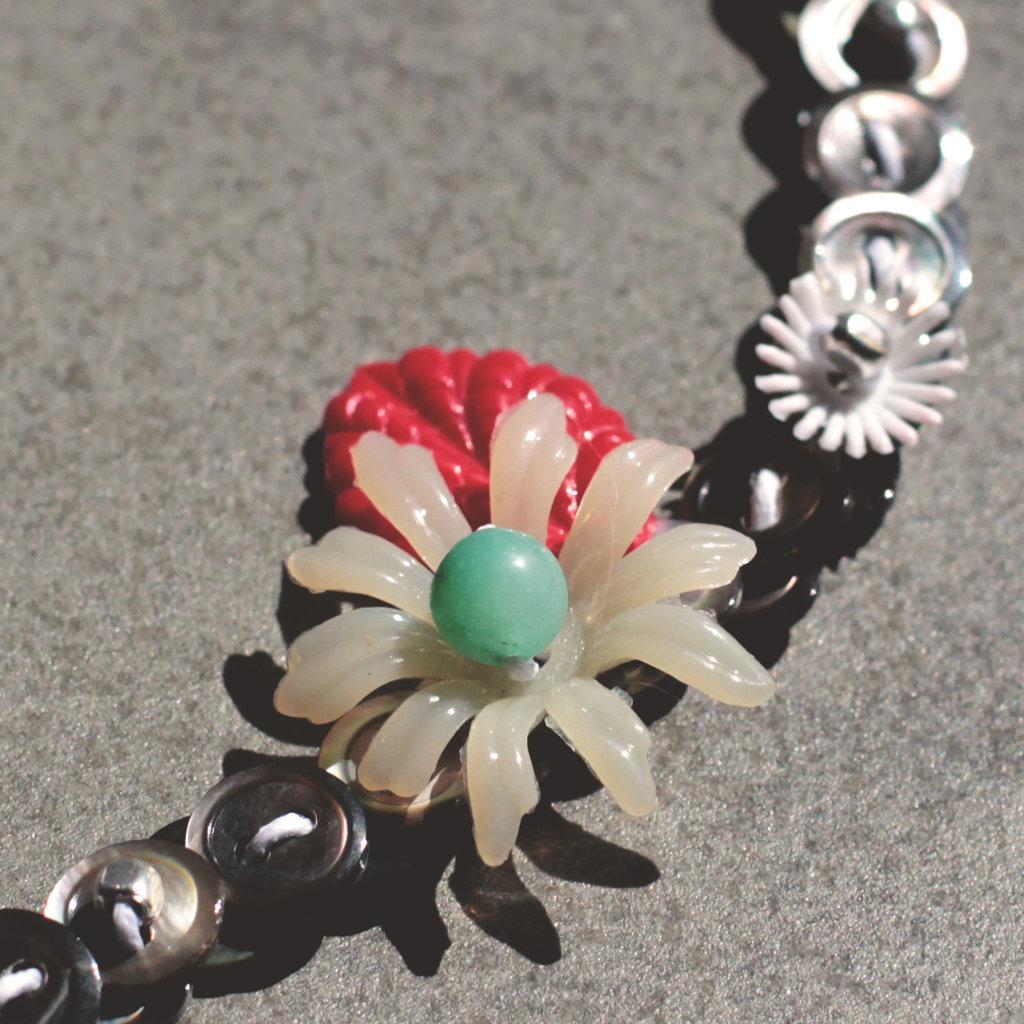 C.20.15 - girocollo con bottoni in madreperla e fiore vintage
