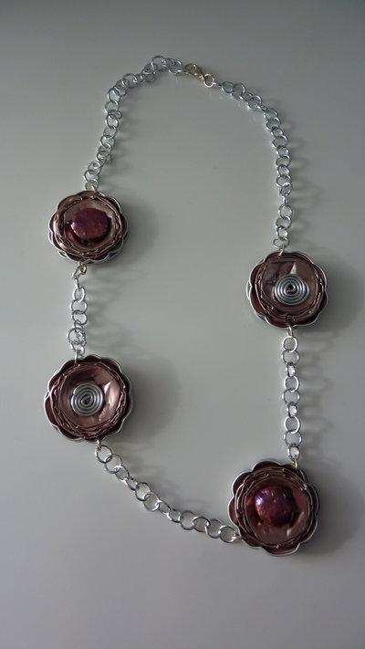 Collana rosa realizzata riciclando capsule nespresso