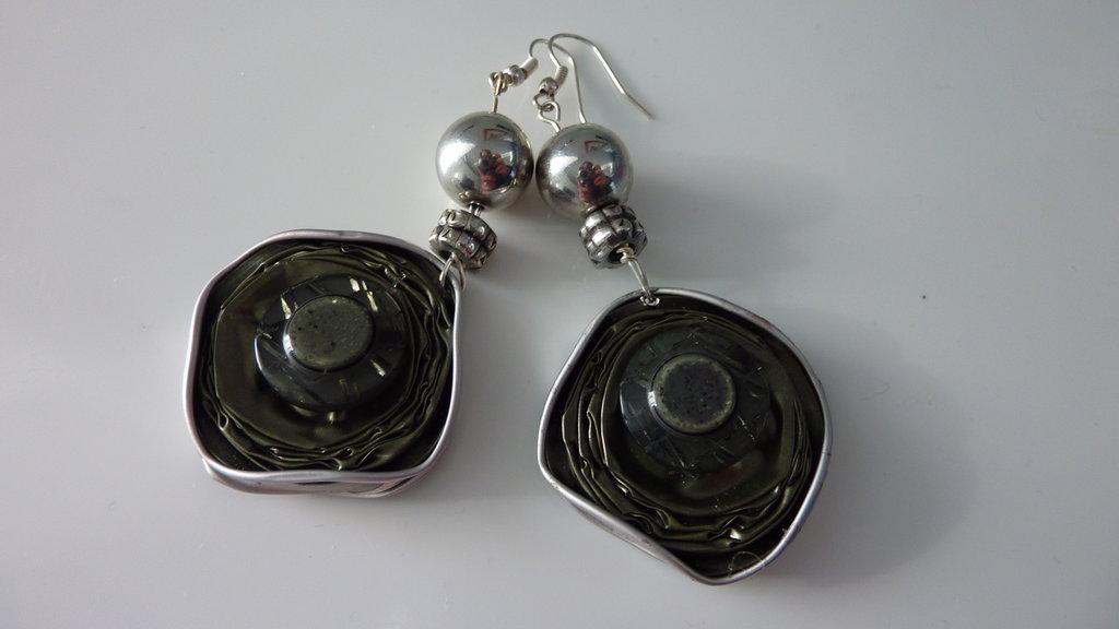 Orecchini realizzati con capsule usate del caffè Nespresso