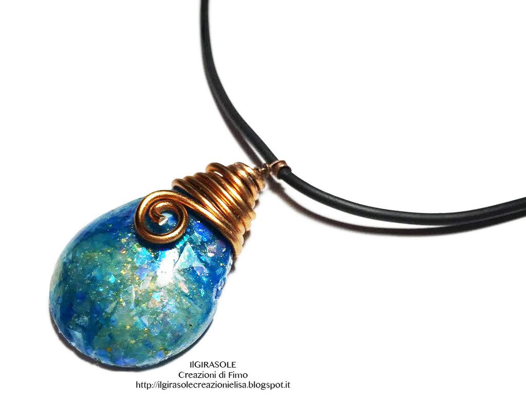Collana girocollo con ciondolo in pasta polimerica effetto opale e briolette in filo wire di rame