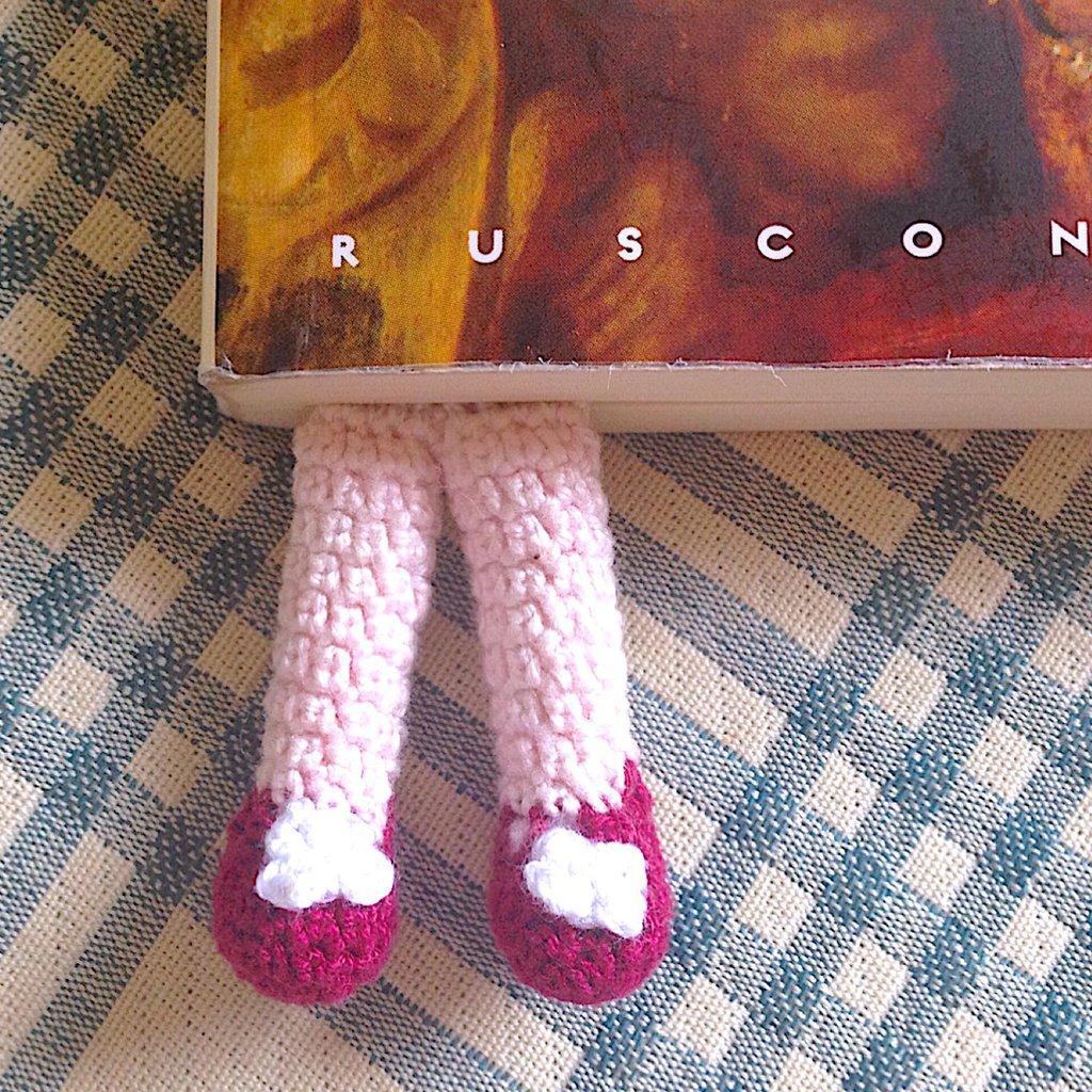 Segnalibro Lettrice immersa nei libri, con gambe amigurumi con scarpette bordeaux e fiorellini, fatto a mano all'uncinetto