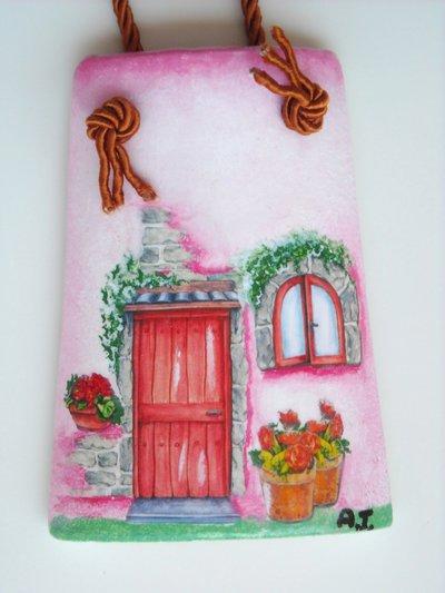 Tegola casetta: miniatura raffigurante piccola casetta. decorata a mano.