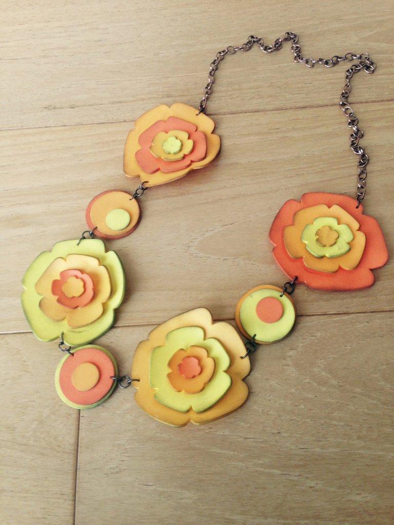 Collana fiorita in gomma crepla sui toni caldi ed estivi dell'arancio e del giallo