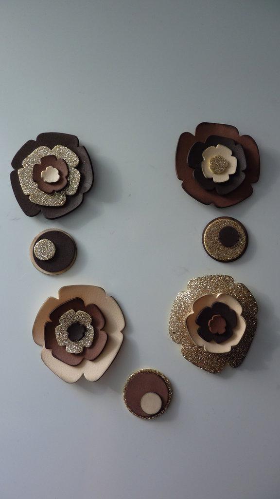 Creative set per realizzare la collana fiorita nei toni del marrone e nocciola glitterato